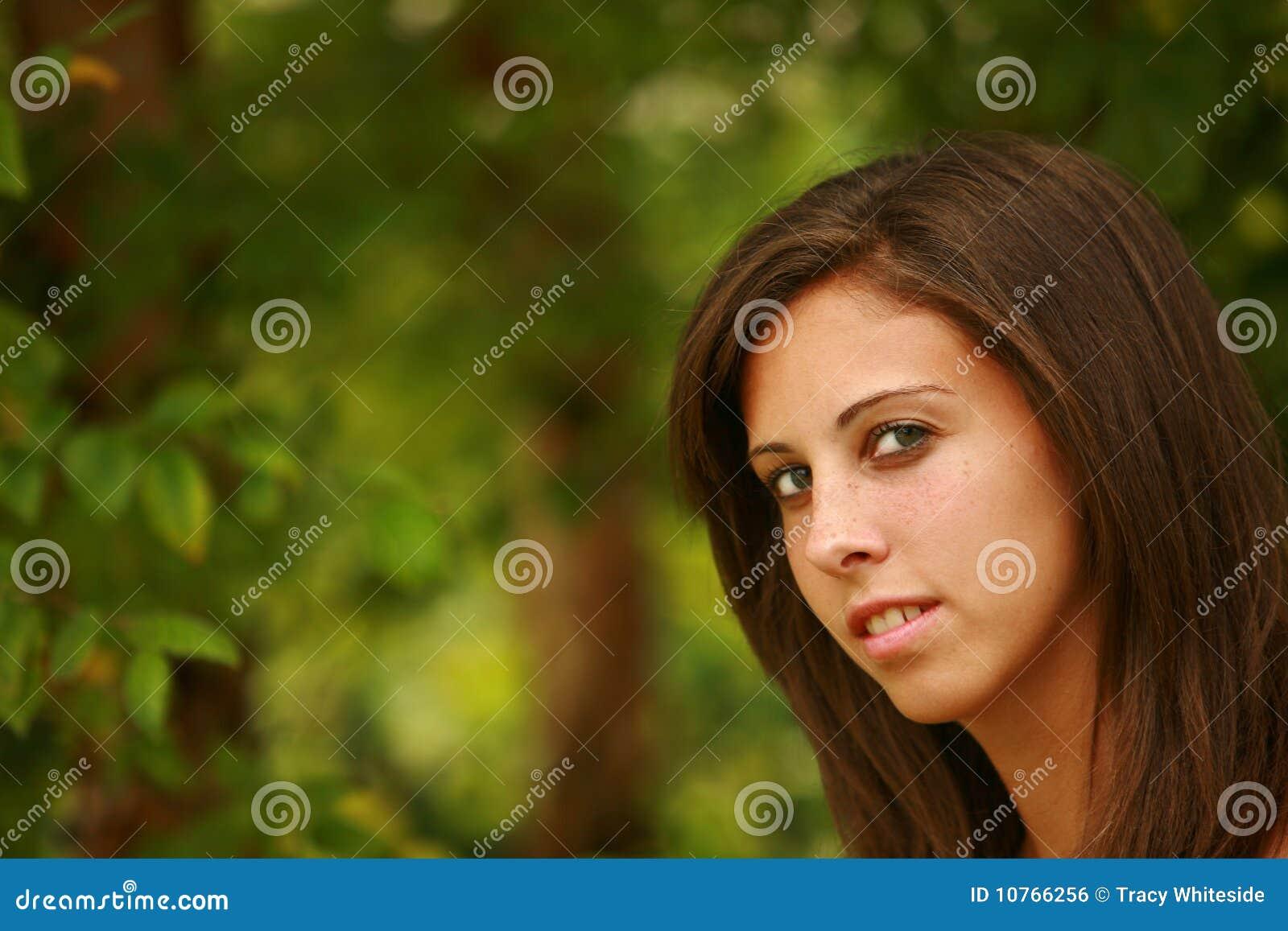 Het meisje van de tiener door bomen