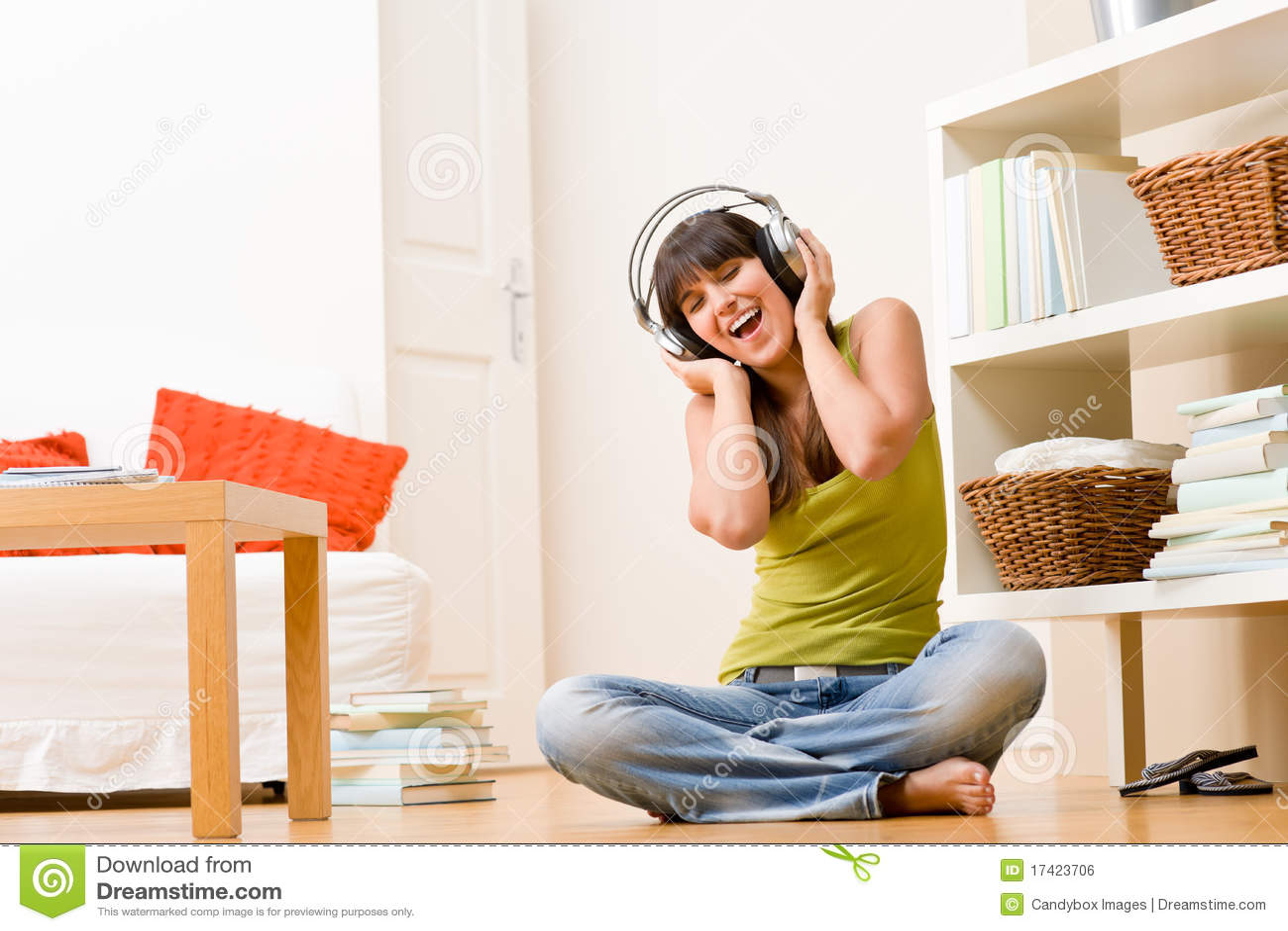 Het meisje van de tiener ontspant gelukkig huis - luister aan muziek