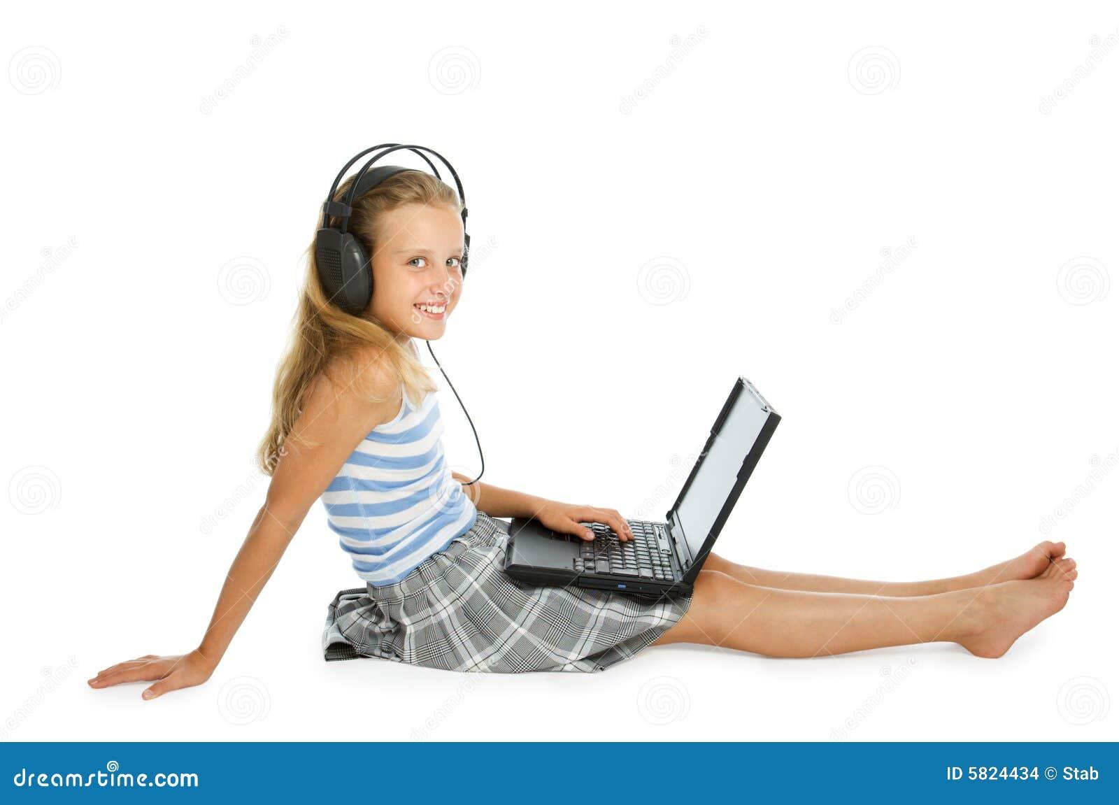 Het meisje van de tiener op laptop met oortelefoons stock foto afbeelding 5824434 - Het versieren van de tiener kamer ...