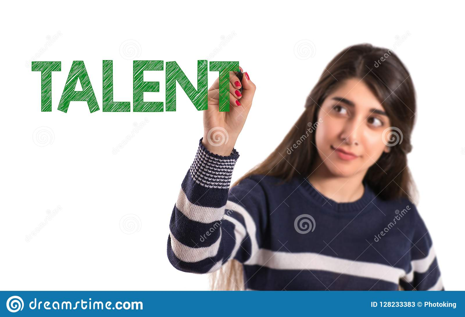Het meisje van de tieneruniversiteit schrijft talent op het transparante scherm