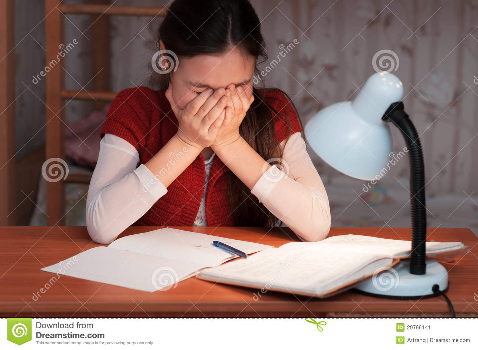 Het meisje was zeer vermoeid om thuiswerk te doen