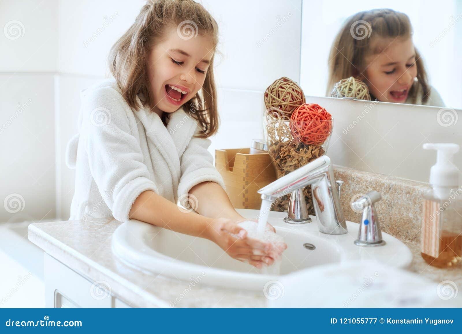 Het meisje wast handen
