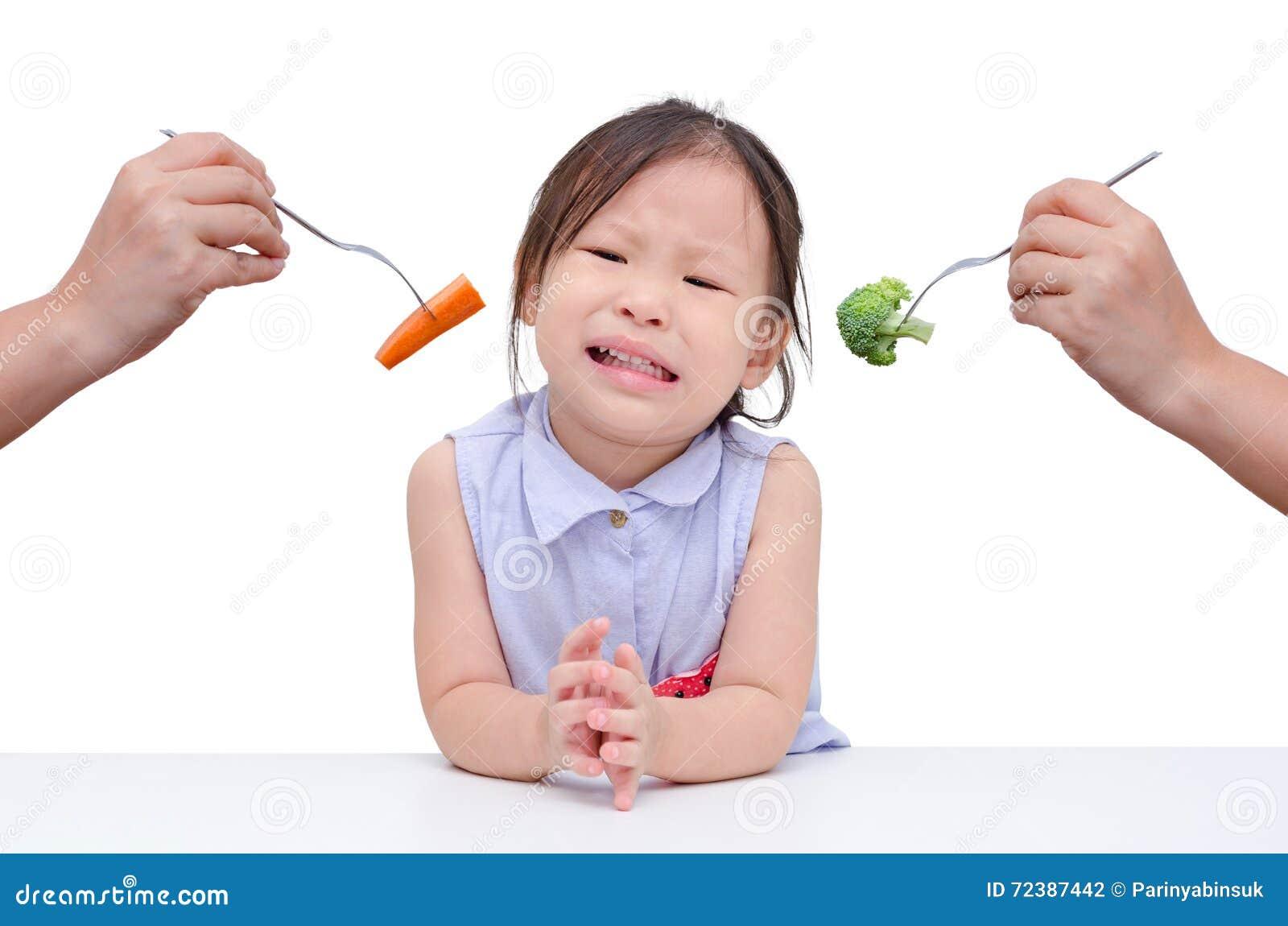 Het meisje wil geen groenten eten