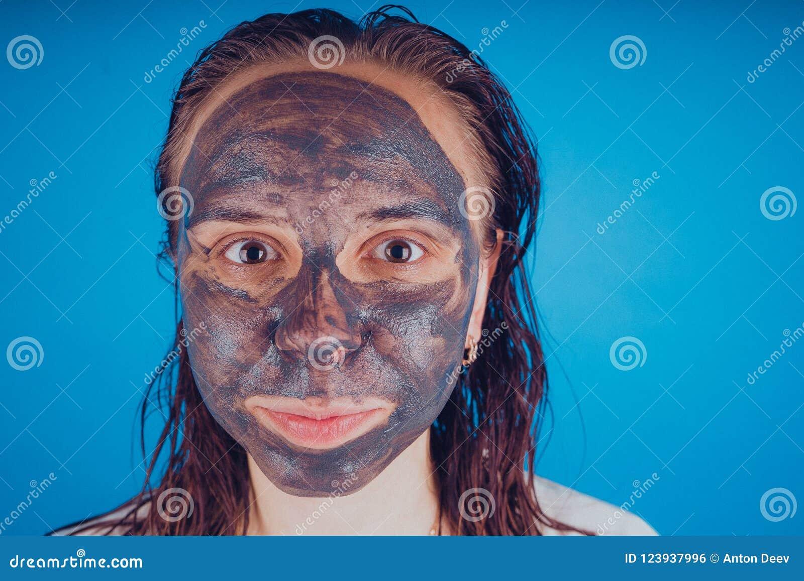 Het meisje zette op het gezichtsmasker voor acne Het concept gezichts