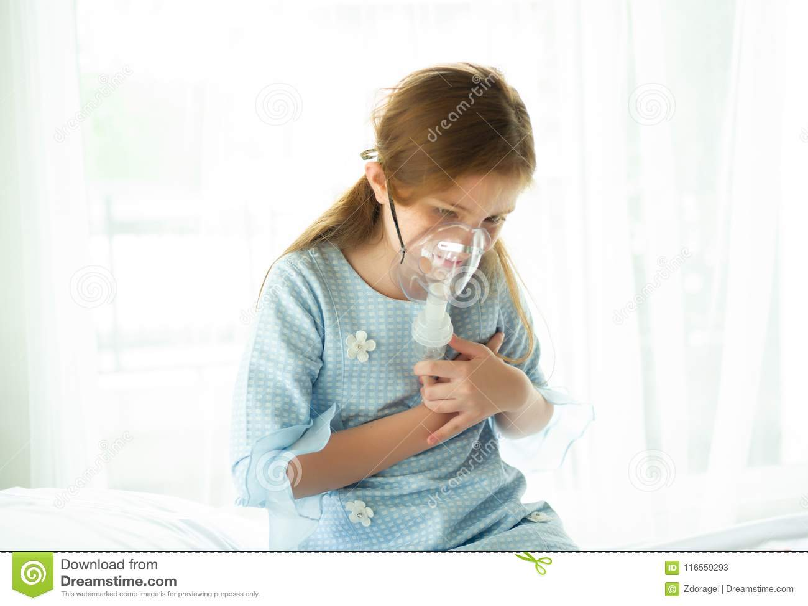 Het meisje is ziek, gebruikend inhaleertoestel en hartpijn in het ziekenhuis wa