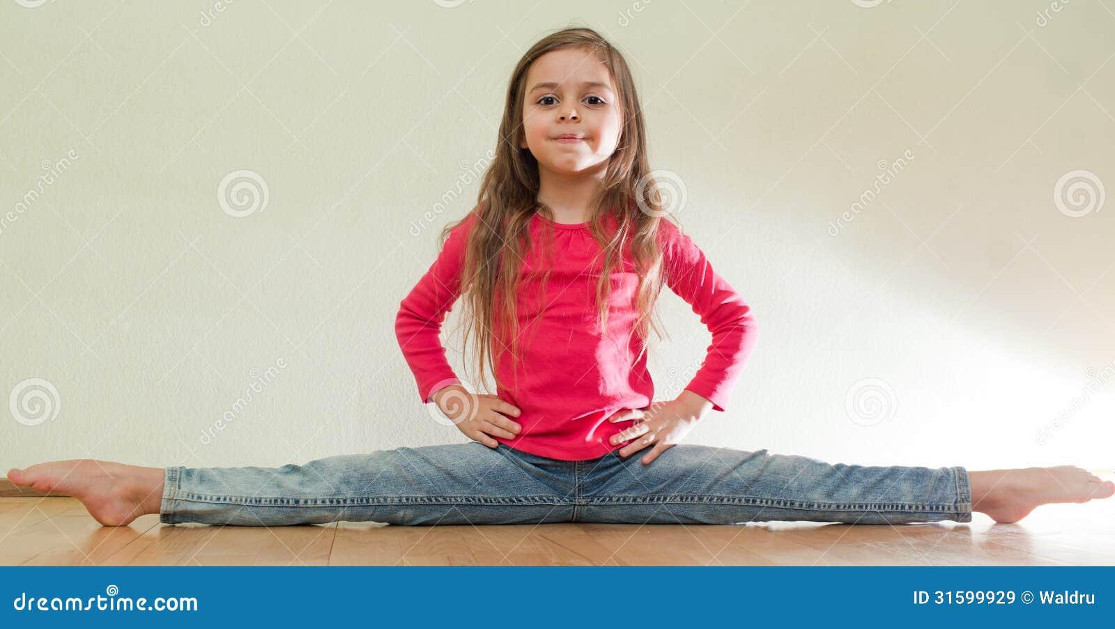 Het meisje zit op spleten