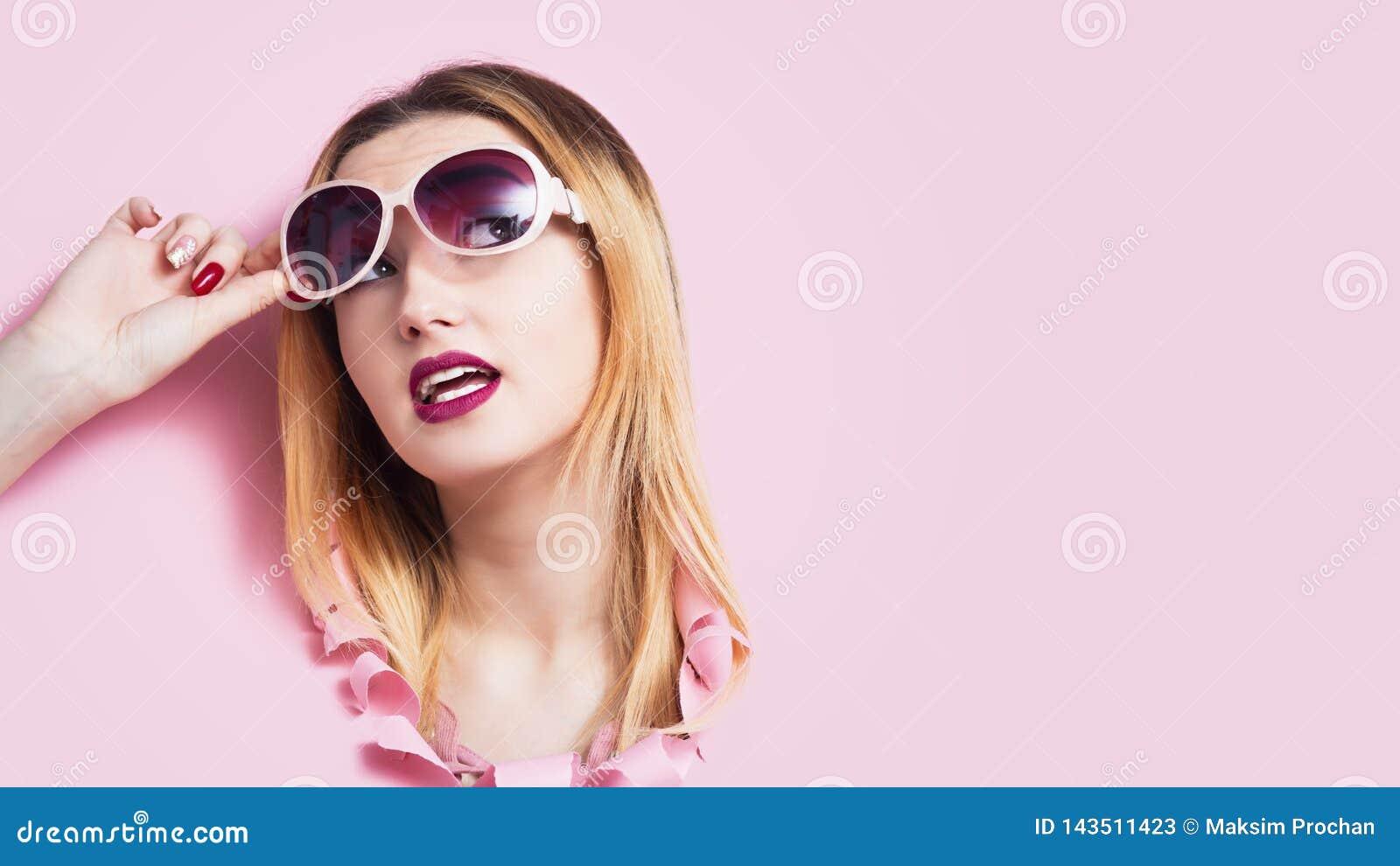 Het meisjeshoofd in kartongat, jonge vrouw hief haar die zonnebril in verrassing op door prijzen en verleidende aanbiedingen voor