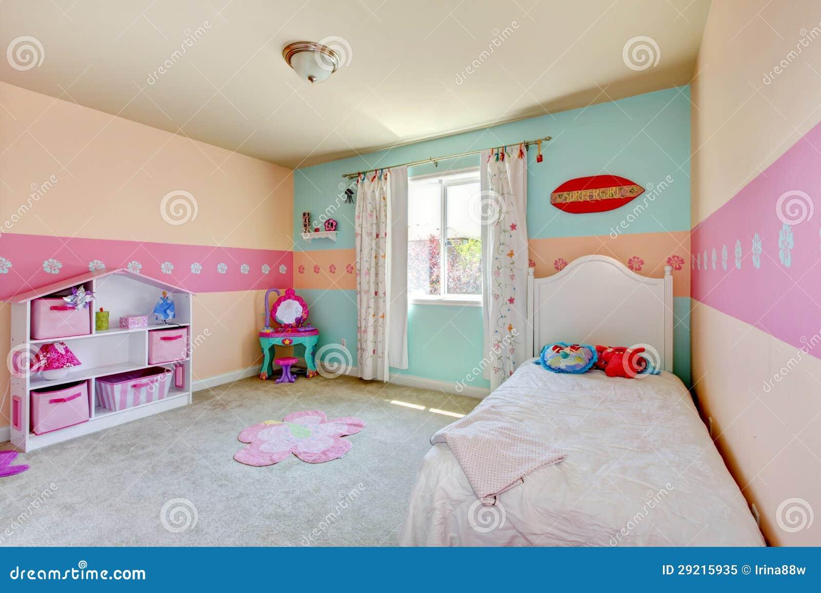 Het meisjesslaapkamer van de baby met wit bed stock afbeelding