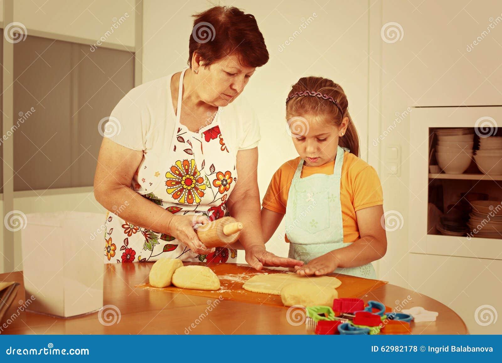 Het mengsel van het chocoladekoekje, het bakken de vormen en het snoepje versieren op witte achtergrond