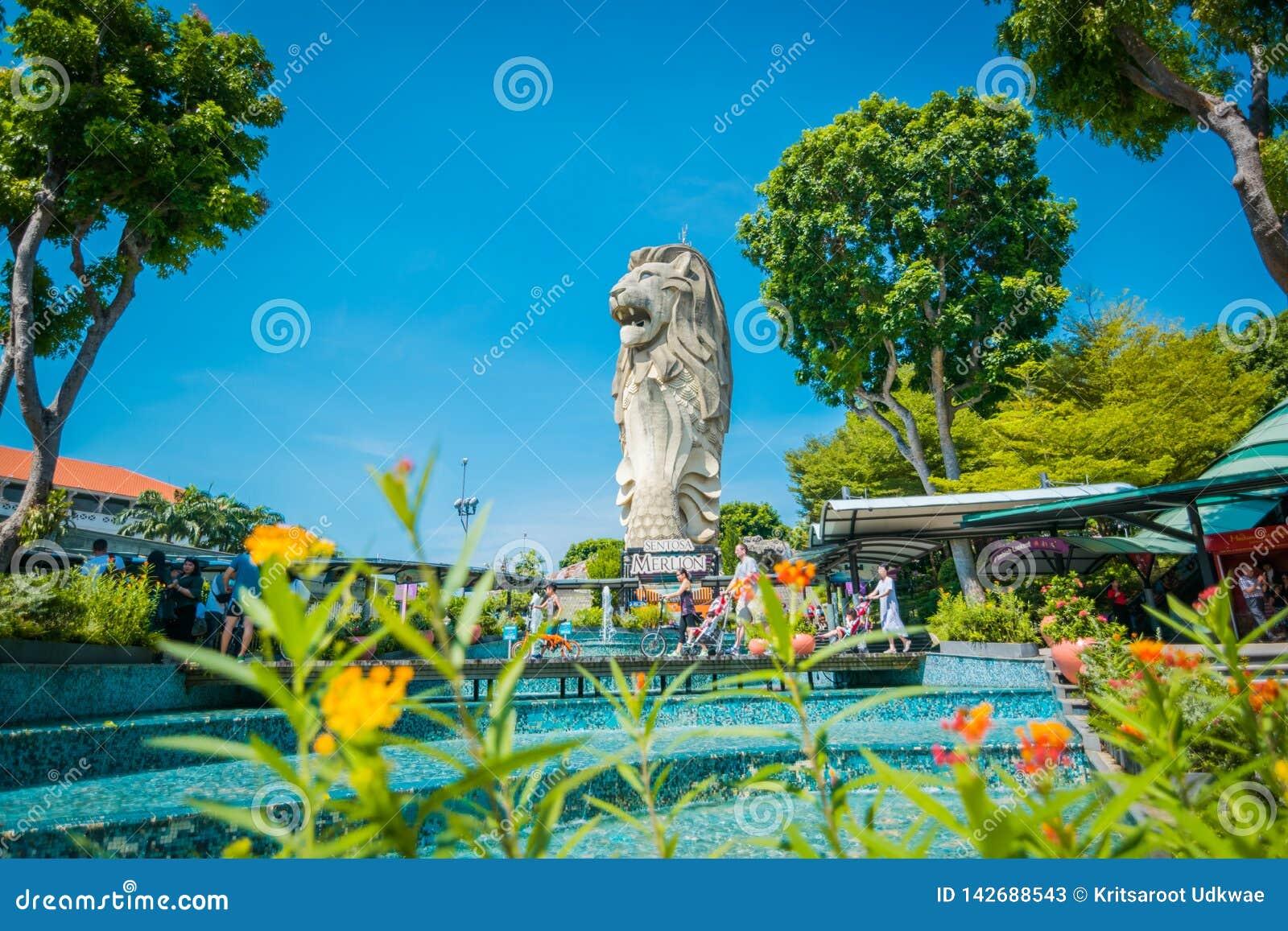 Het Merlion-teken en het standbeeld, het hoofd van een leeuw en het lichaam van een vis zijn symbool in Sentosa-Eiland in Singapo