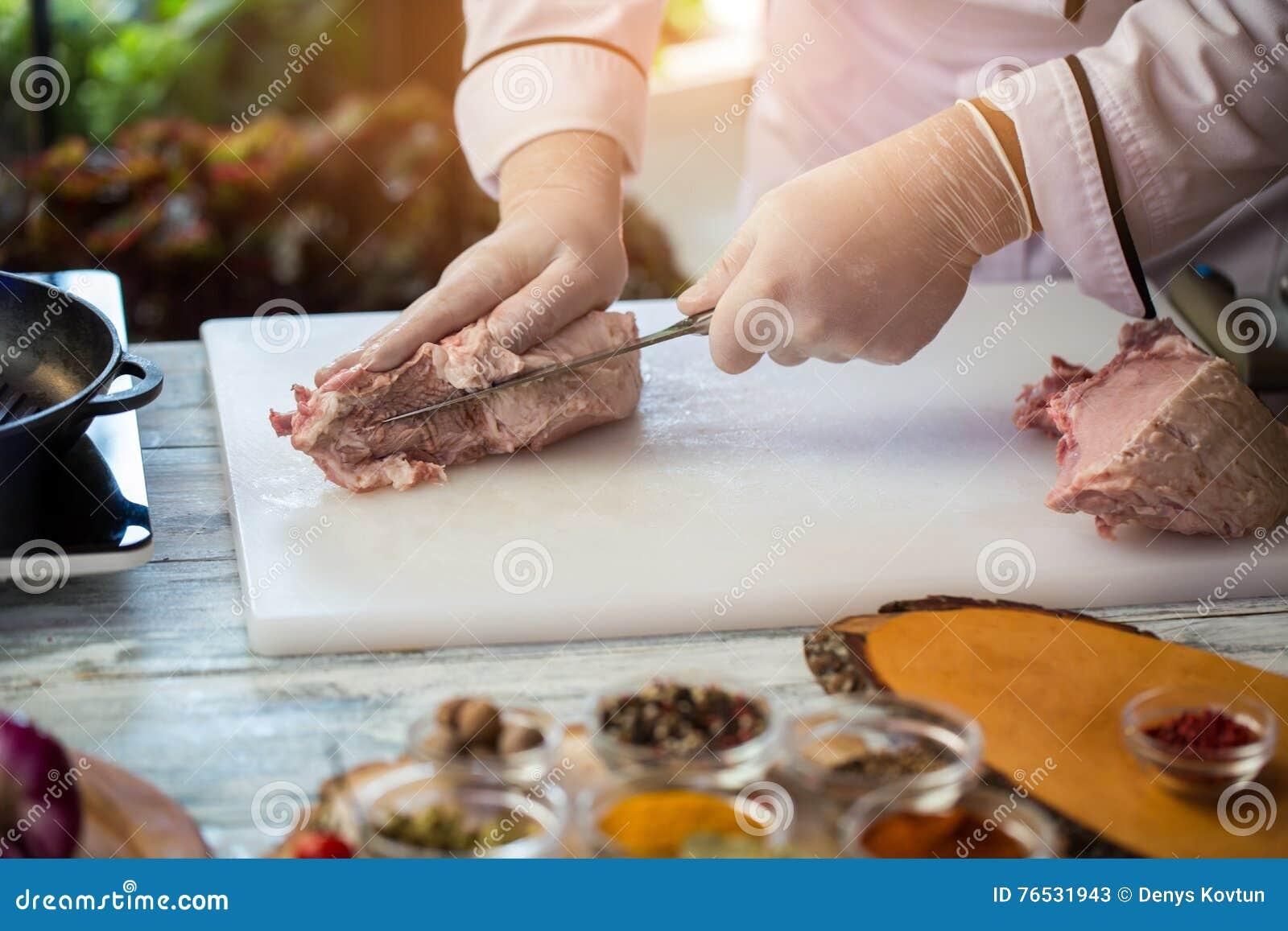 Het mes is scherp ruw vlees