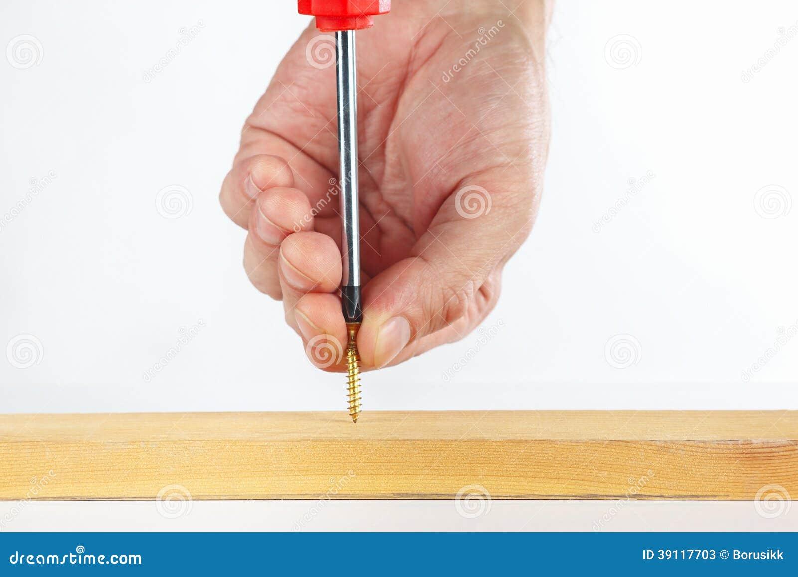 Het met de hand aanspannen van de schroef in het houten blok