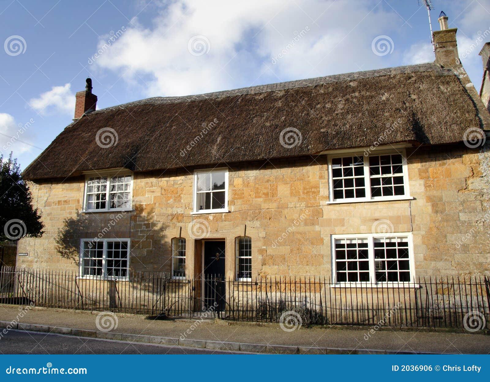 Het met stro bedekte huis van het dorp stock foto afbeelding 2036906 - Versier het huis ...