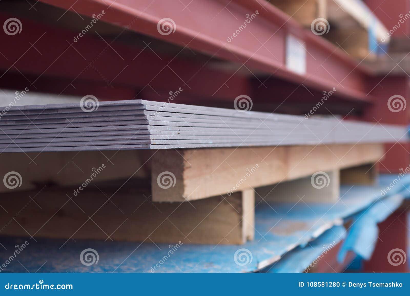 Het metaal van de staalplaat op een rode bouw Achtergrond