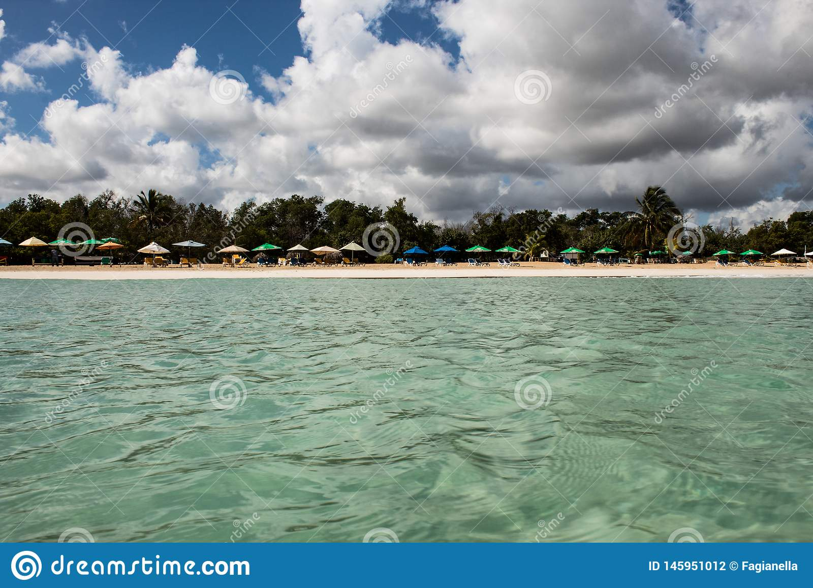 In het midden van een verbazende, groene en turkooise Cara?bische overzees; transparant water, tropisch paradijs Playa Macaro, Pu