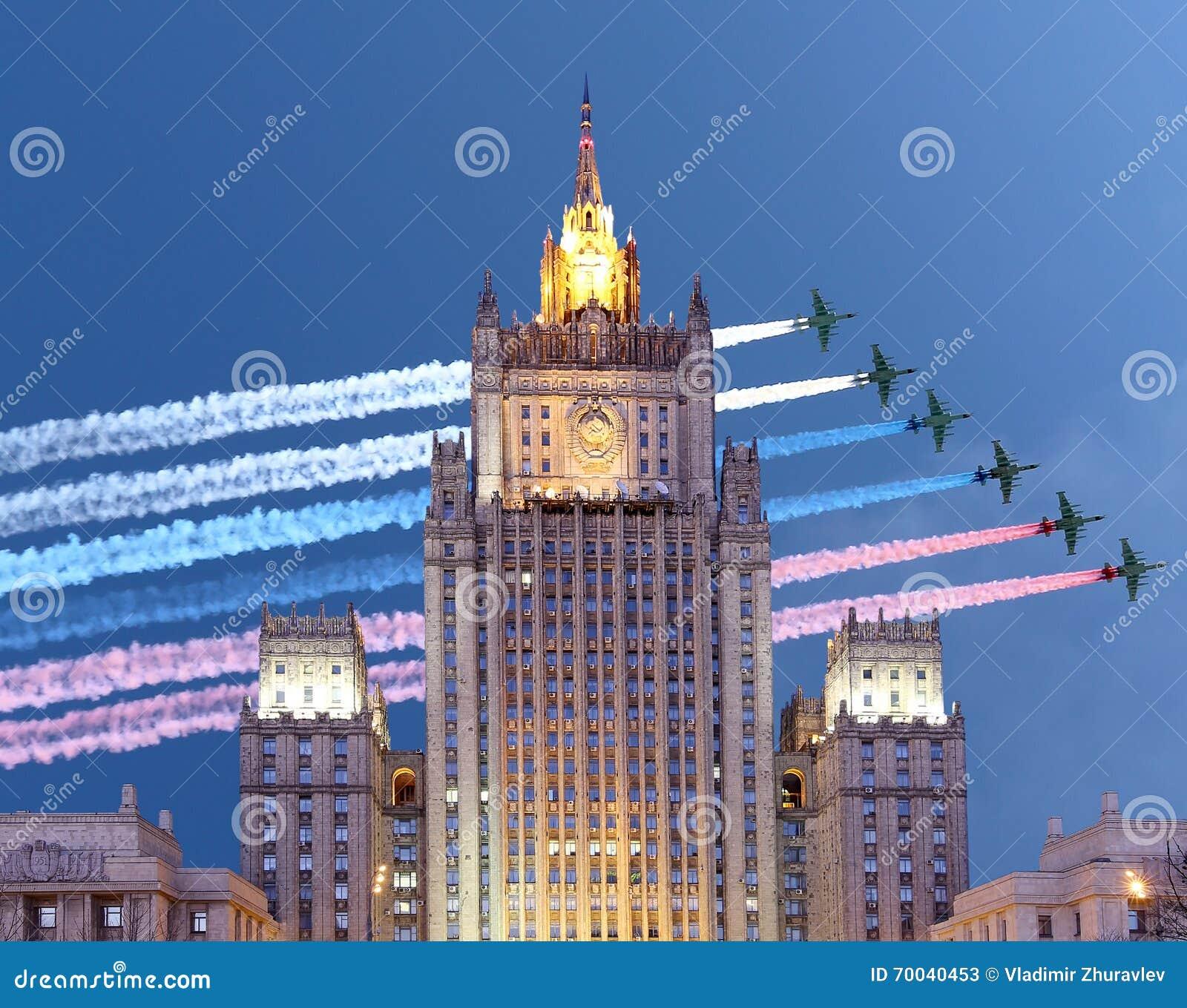 Het Ministerie van Buitenlandse zaken van de Russische Federatie en de Russische militaire vliegtuigen vliegen in vorming, Moskou