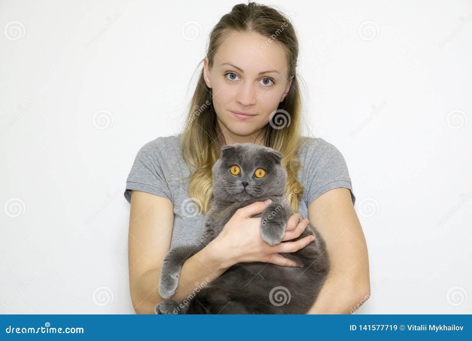 Het modelfoto genomen close-up aan de taille, model houdt een kat in haar wapens