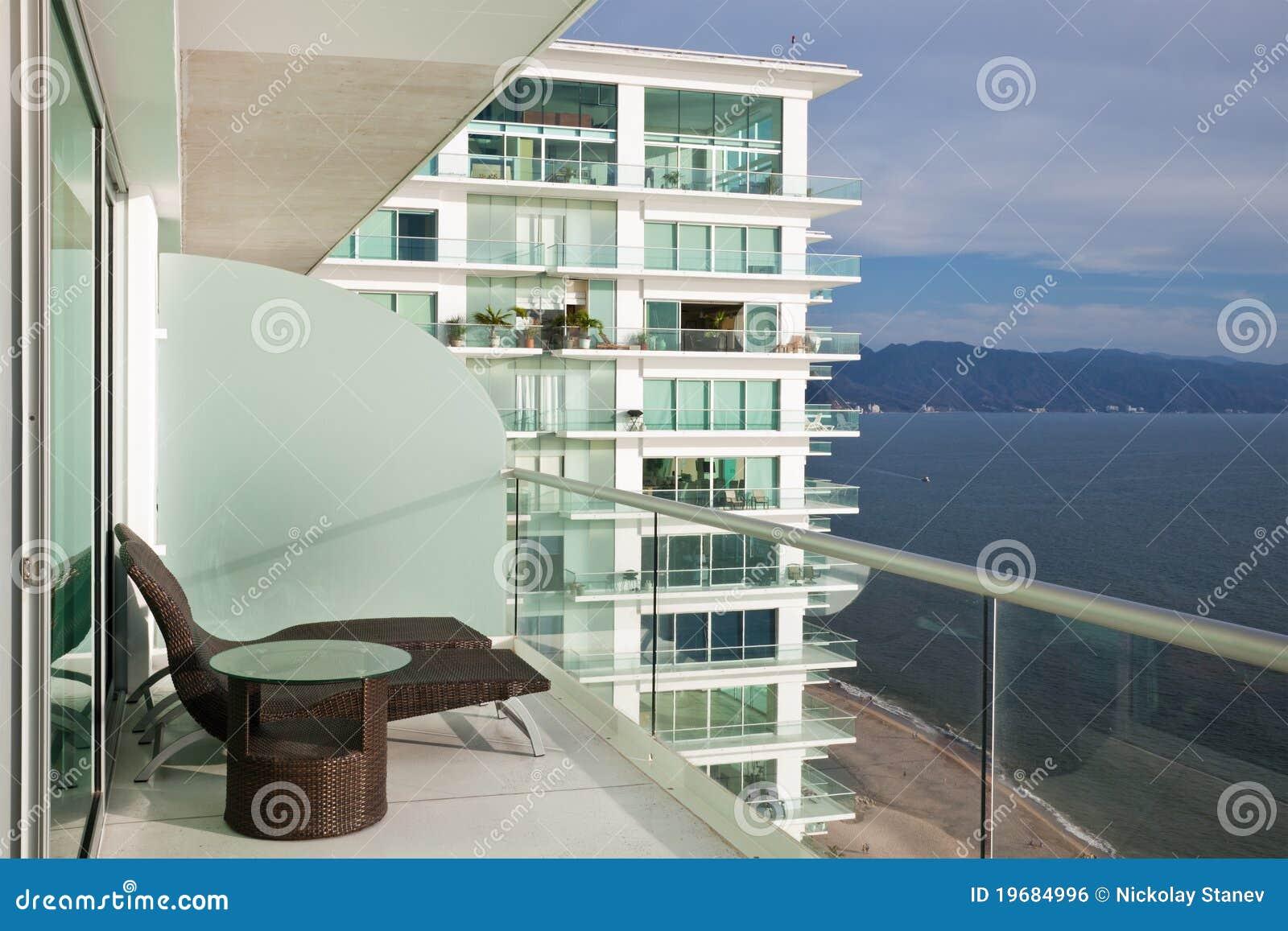Het moderne Balkon van het Flatgebouw met koopflats
