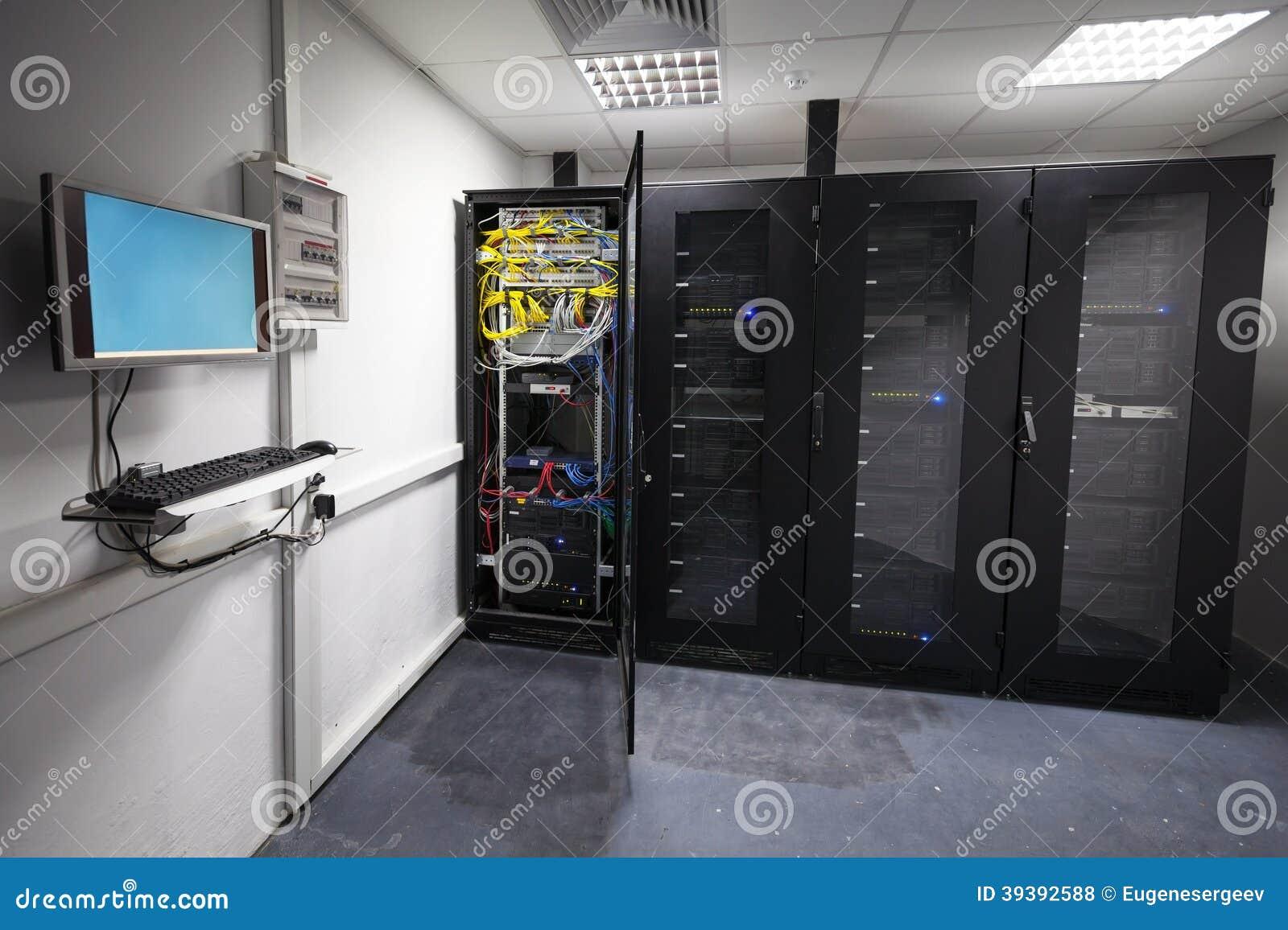 Het moderne binnenland van de serverruimte