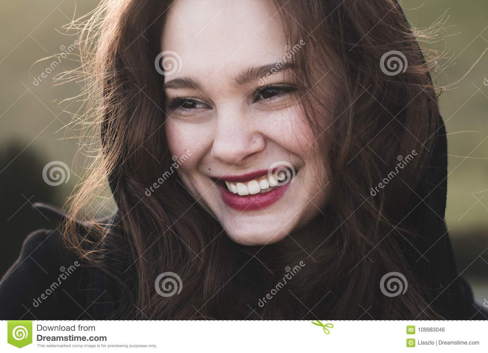 Het modieuze, elegante vrouw openlucht glimlachen