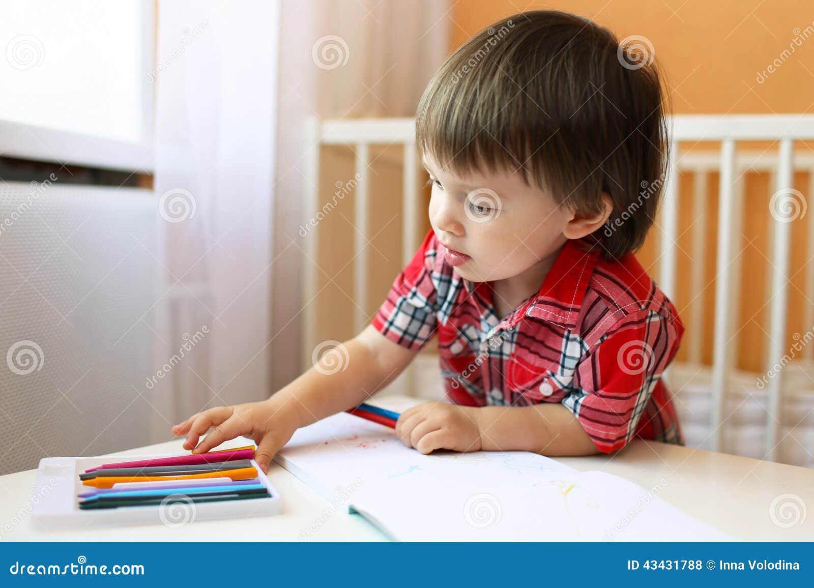 Het mooie babyjongen schilderen met waspotloden stock foto afbeelding 43431788 - Schilderen kind jongen ...