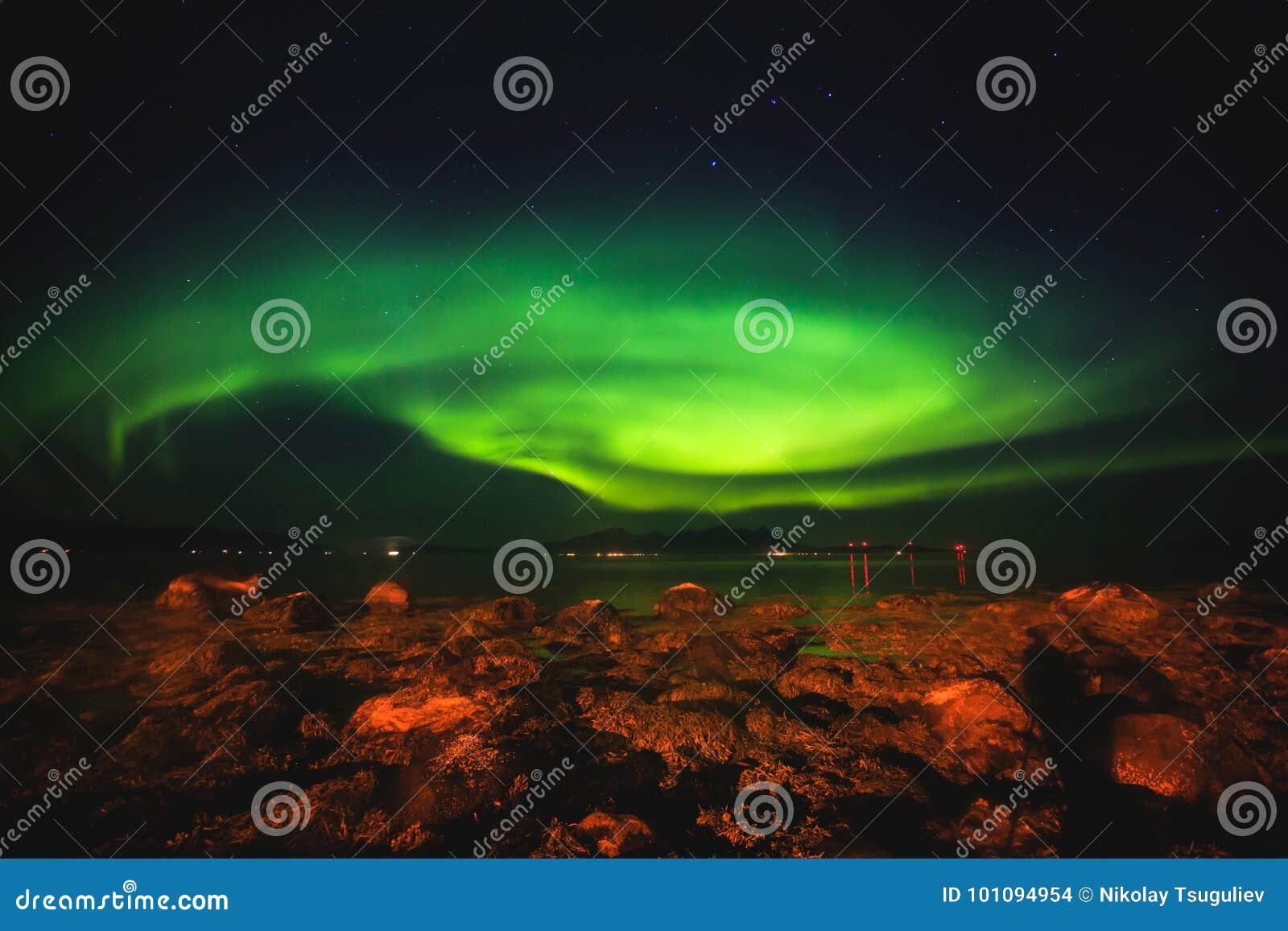 Het mooie beeld van massieve multicolored groene trillende Aurora Borealis, Aurora Polaris, kent ook als Noordelijke Lichten in N