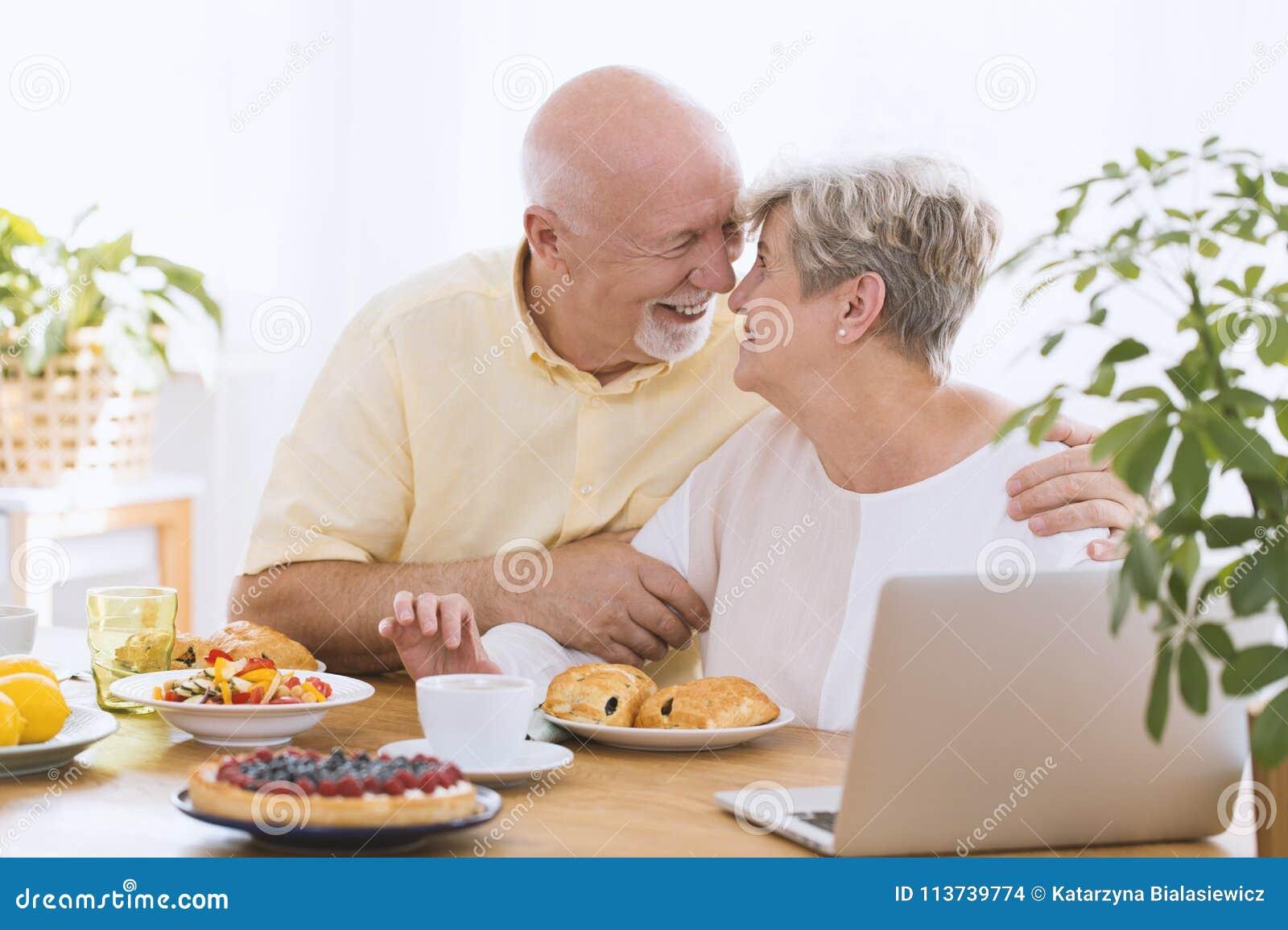 Het mooie bejaarde paar koesteren