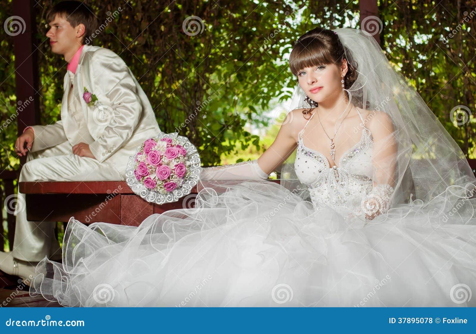 Het mooie bruid en bruidegom smilling