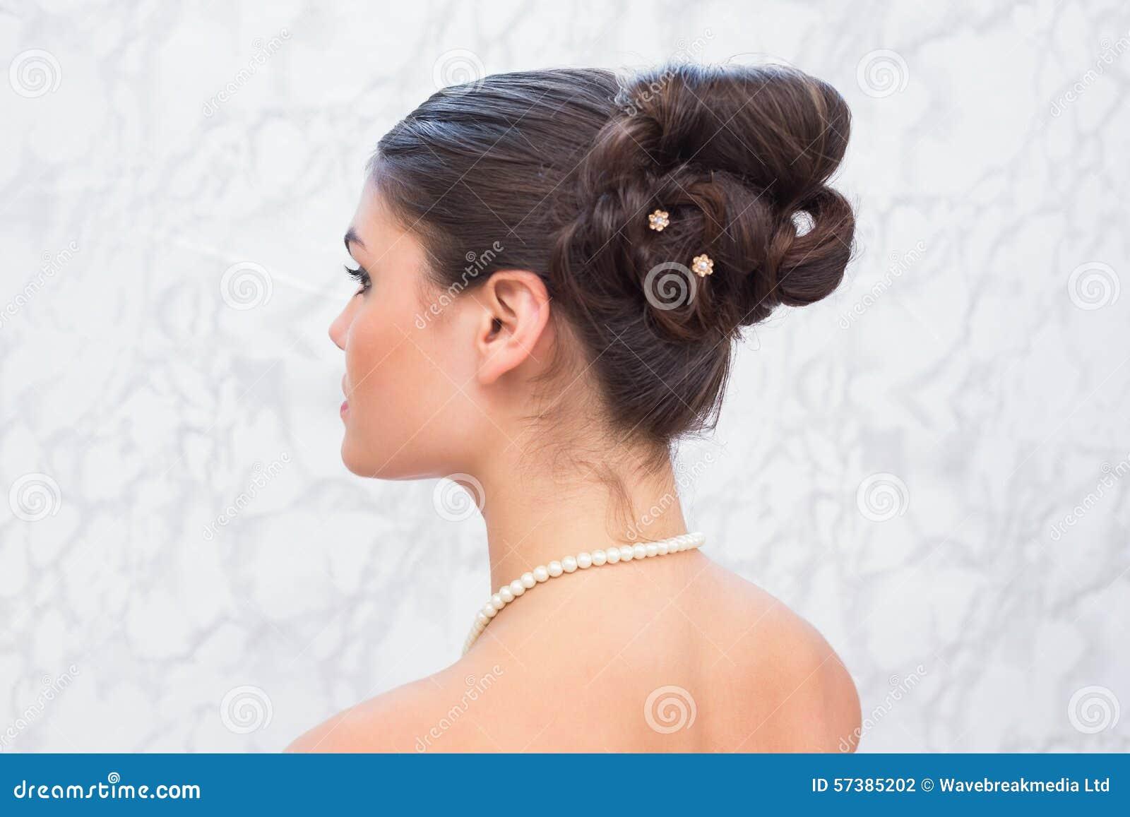 Het mooie brunette met modieuze omhooggaand