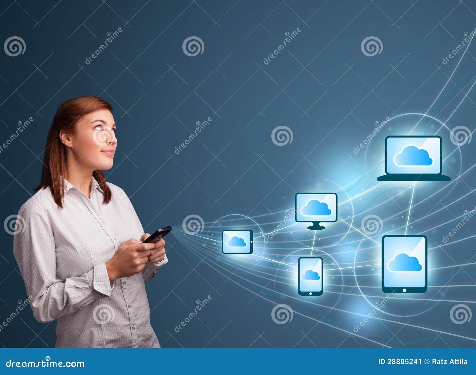 Het mooie dame typen op smartphone met wolk gegevensverwerking