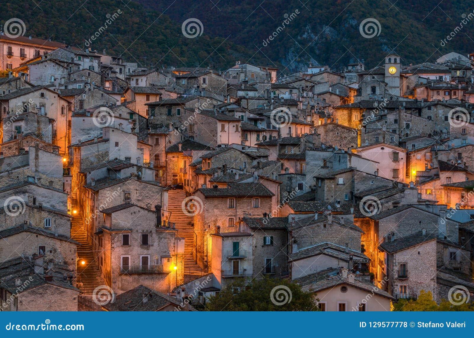 Het mooie dorp van Scanno in de avond, tijdens de herfstseizoen Abruzzo, centraal Italië