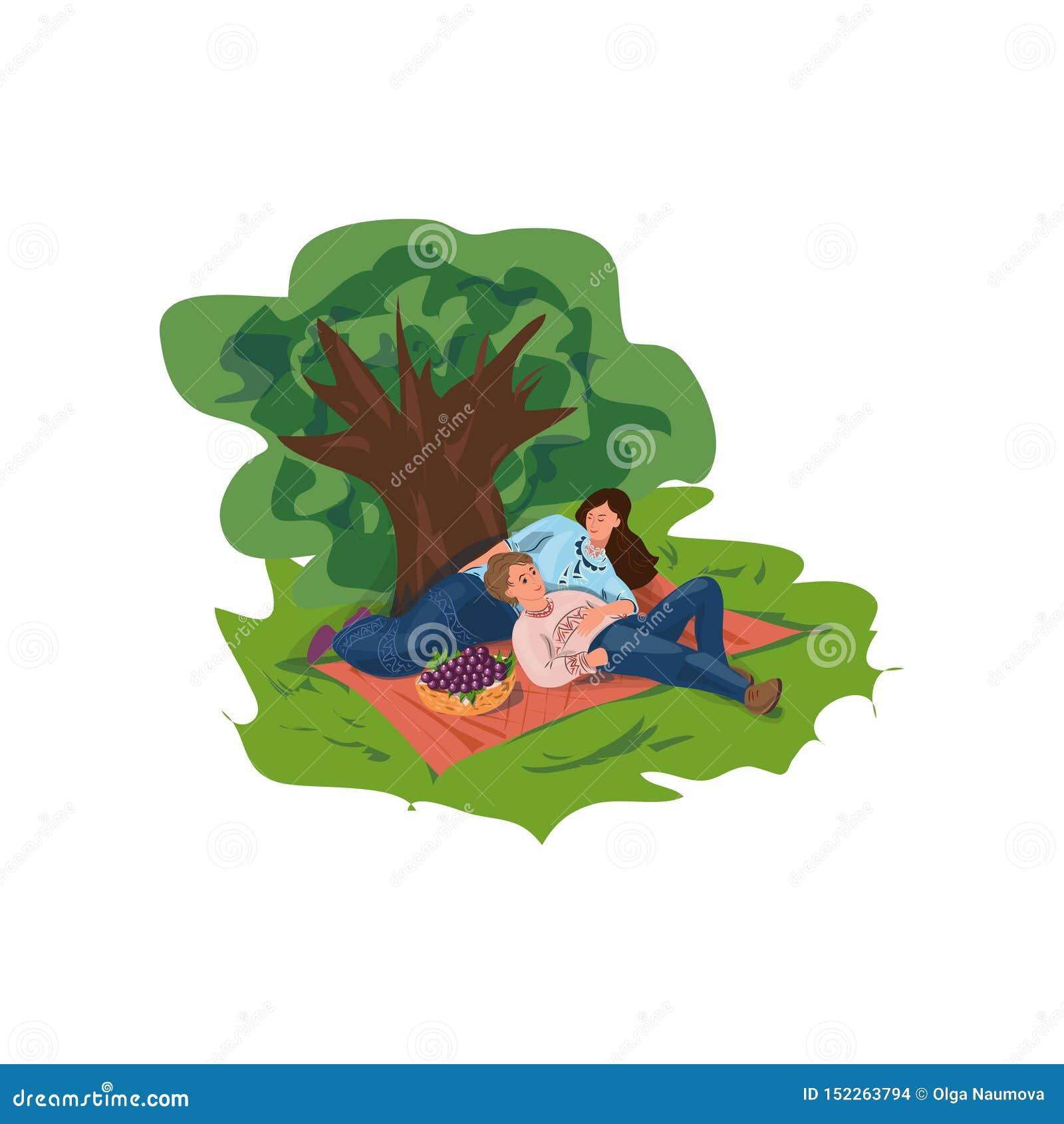 Het mooie familiepaar is rust in stads groen park met vruchten