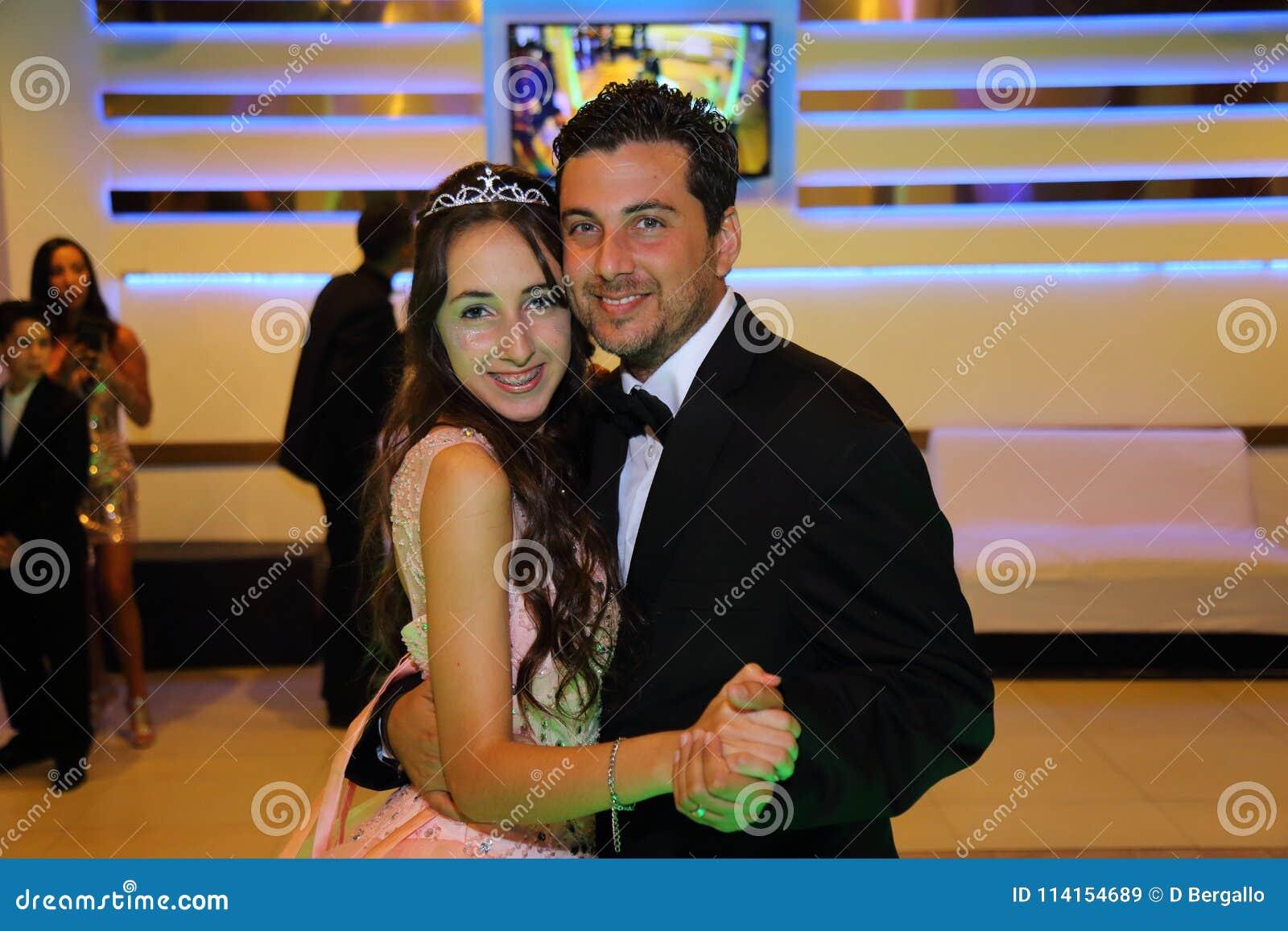 Het mooie het feestvarken van tienerquinceanera vieren in de roze partij van de prinseskleding, speciale viering die van meisje v
