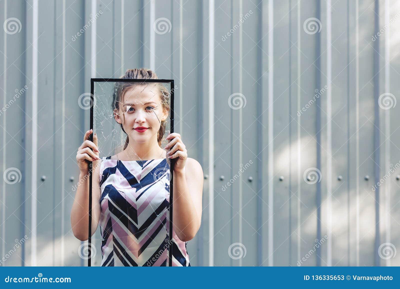 Het mooie gebroken glas van het tienermeisje holding in haar handen Conceptenfeminisme