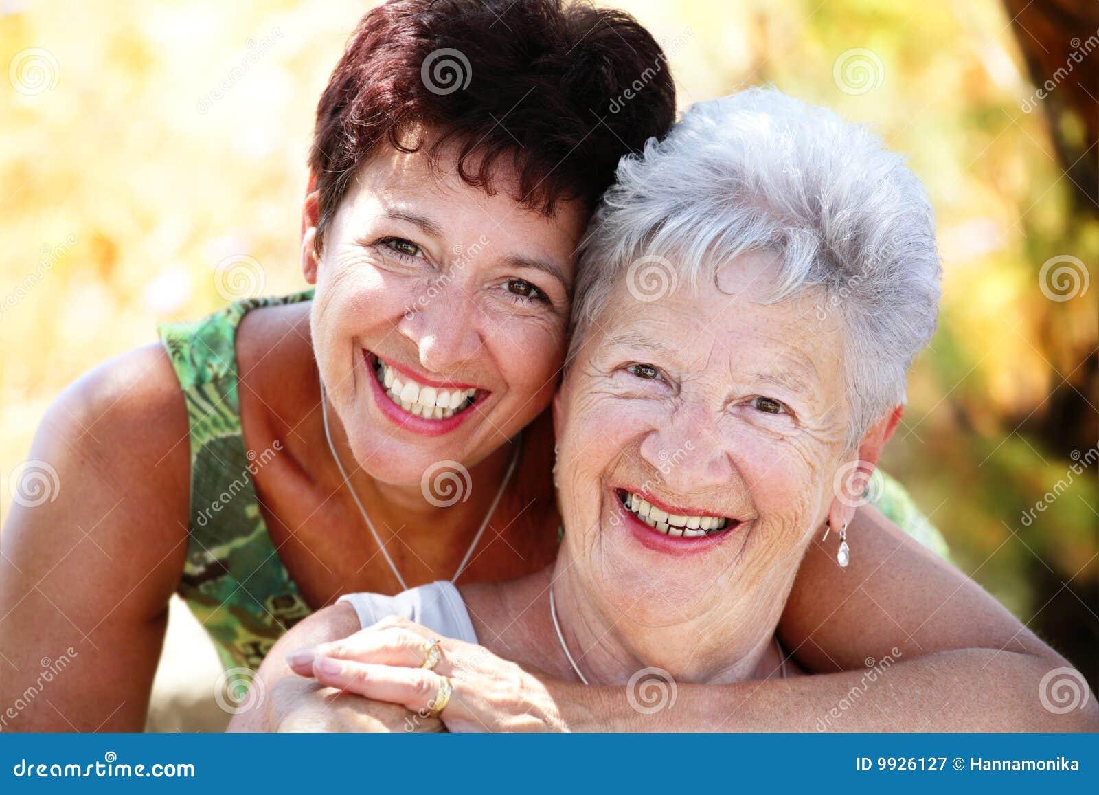 Het mooie hogere moeder en dochter glimlachen