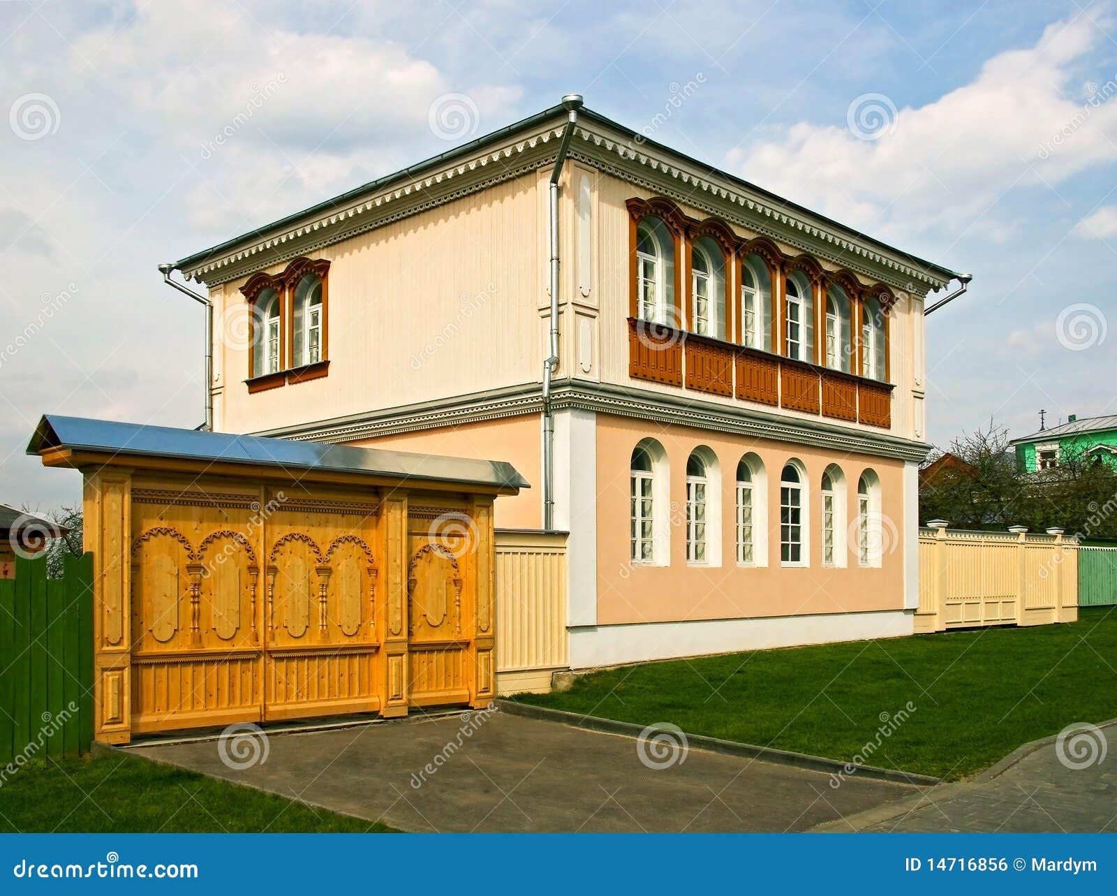 Het mooie huis en de houten poorten royalty vrije stock afbeelding beeld 14716856 - Mooie huis foto ...