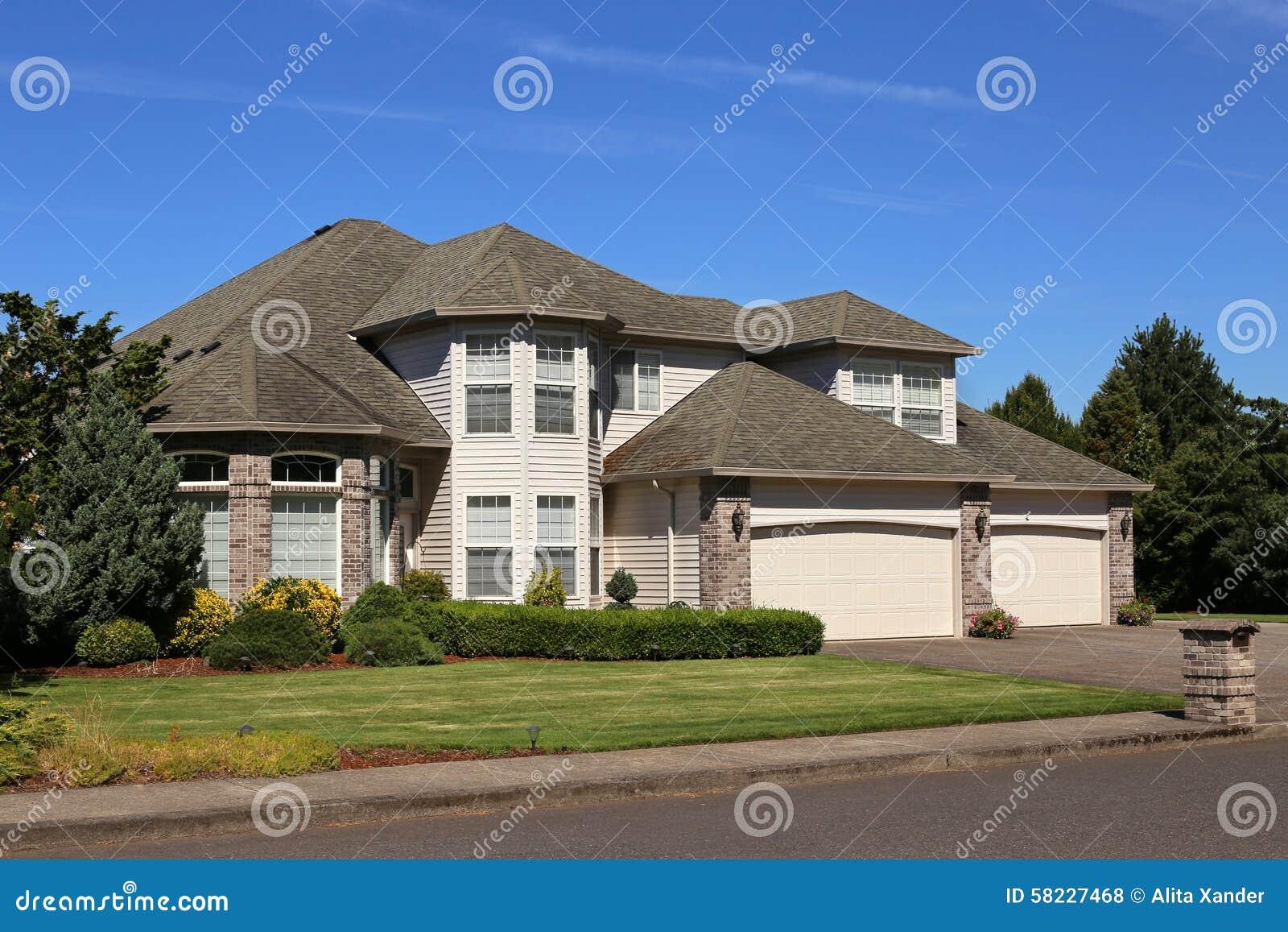 Het mooie huis van de familie stock foto afbeelding bestaande