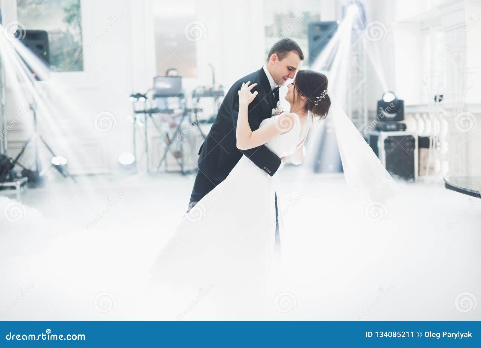 Het mooie huwelijkspaar huwde enkel en dansend hun eerste dans