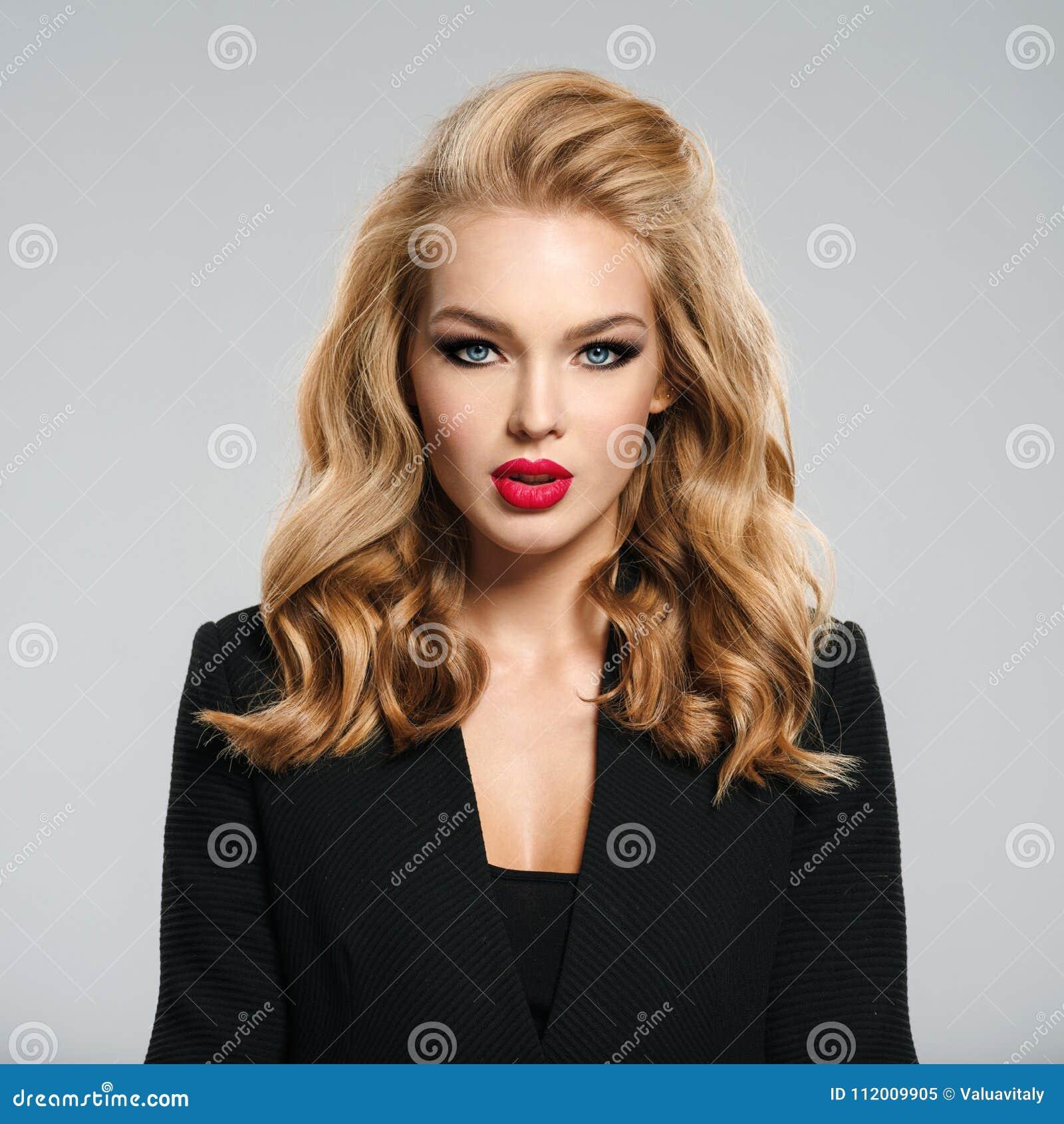 Het mooie jonge meisje met lang haar draagt zwart jasje