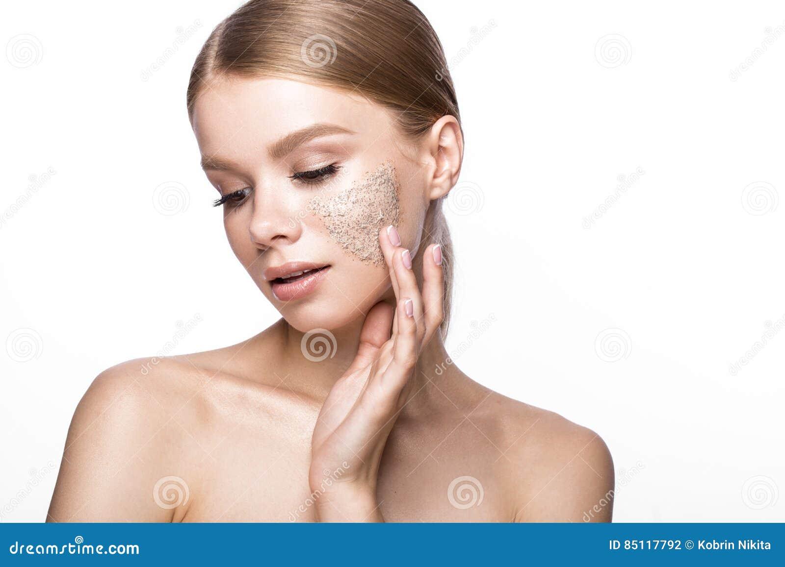 Het mooie jonge meisje met schrobt op de huid, Franse manicure Het Gezicht van de schoonheid
