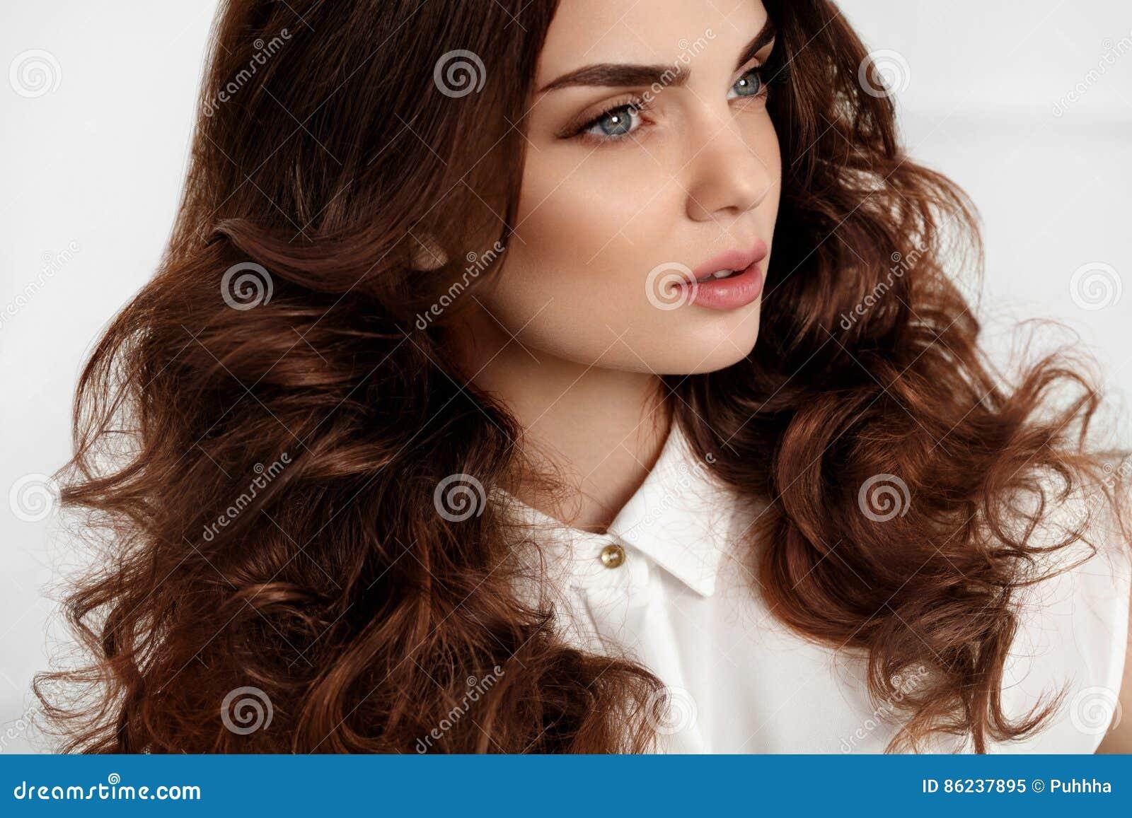 Het Mooie Kapsel Van Meisjes Modelwith Wavy Curly Bruine Haarkleur