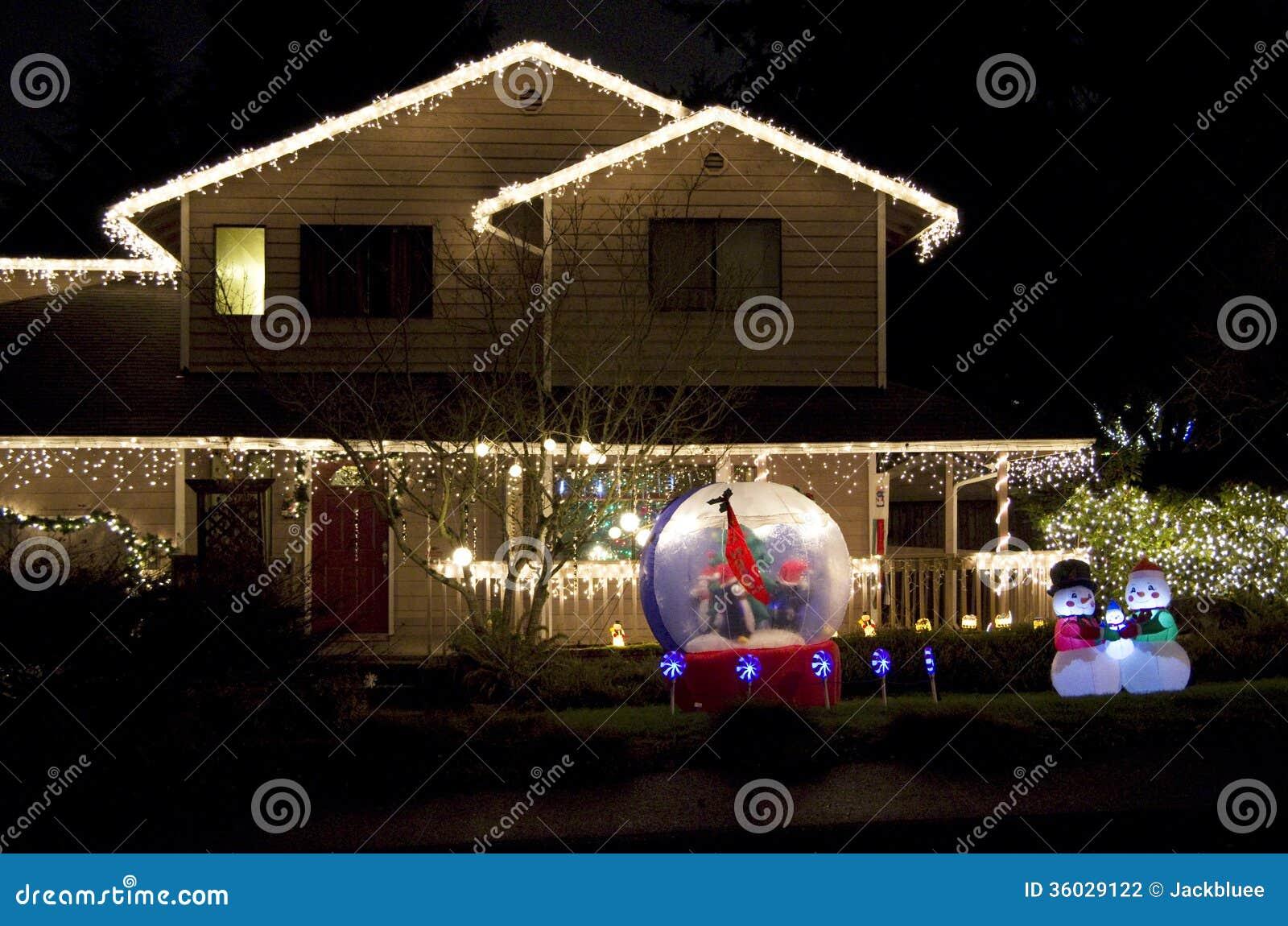 Het mooie Kerstmislichten van het huishuis aansteken