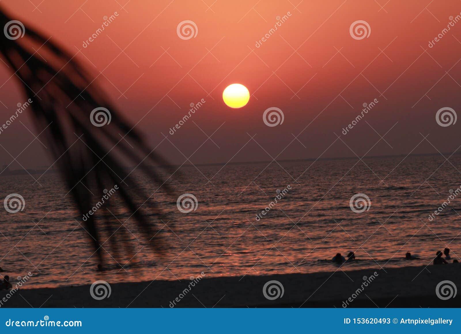 Het mooie kleurrijke van de overzeese van de de zonsondergang kleurrijke hemel strandzonsopgang de meningsmensen lopen