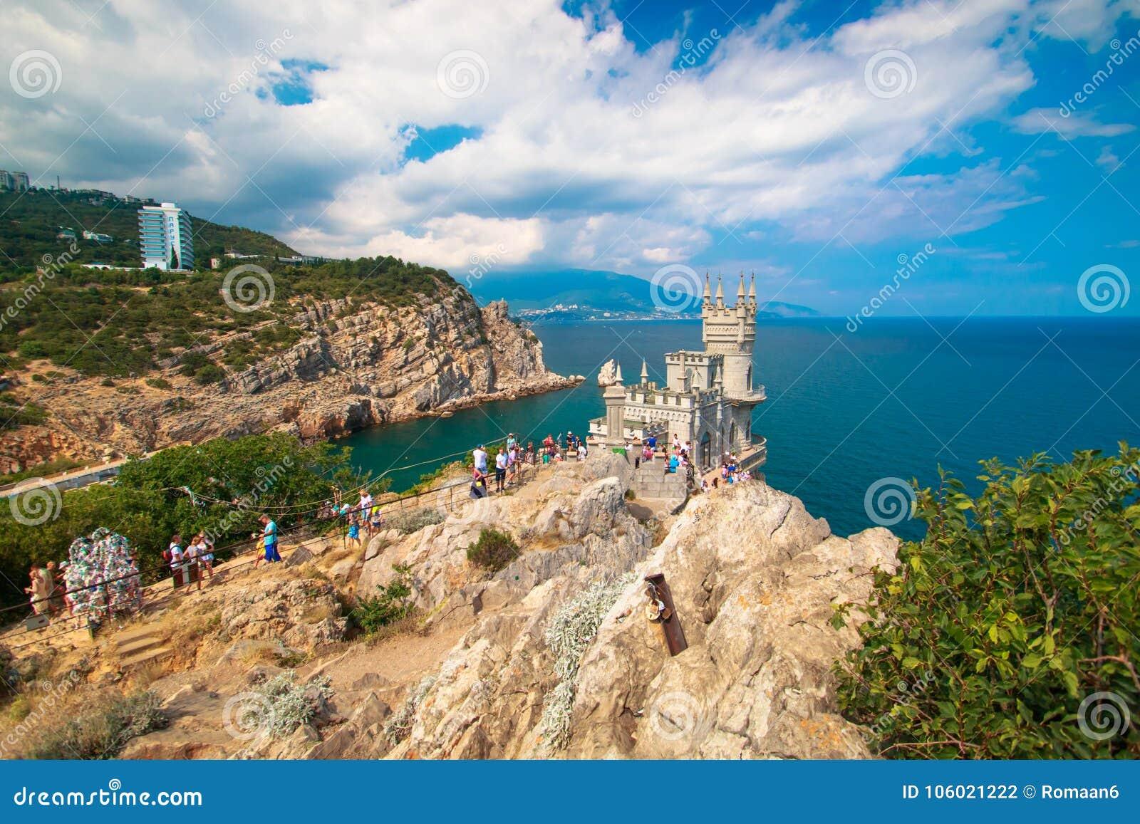 Het mooie landschap slikt nest in de Krim op een duidelijke zonnige dag