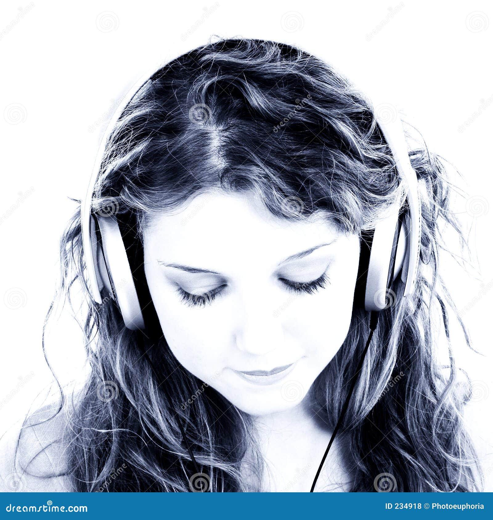 Het mooie Meisje dat van de Tiener aan Hoofdtelefoons luistert