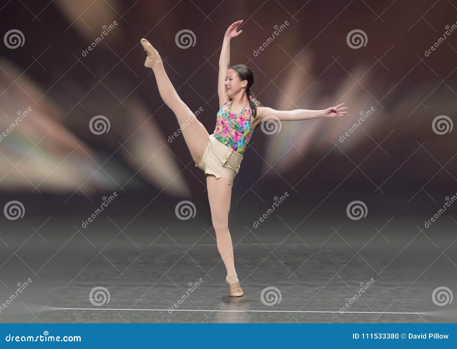 Het mooie meisje die van dertien éénjarigenamerasian een balletdans uitvoeren