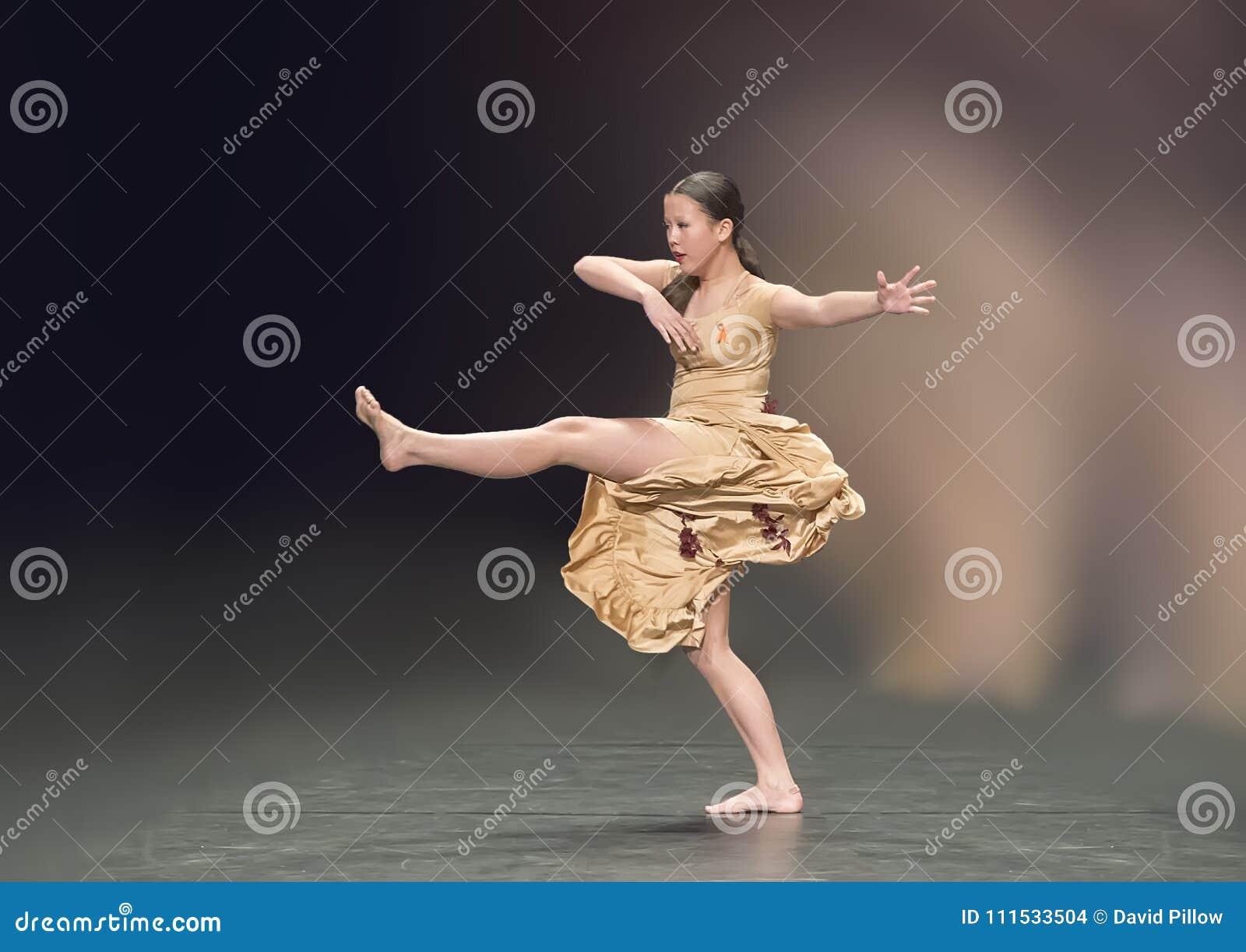 Het mooie meisje die van dertien éénjarigenamerasian een jazzdans uitvoeren
