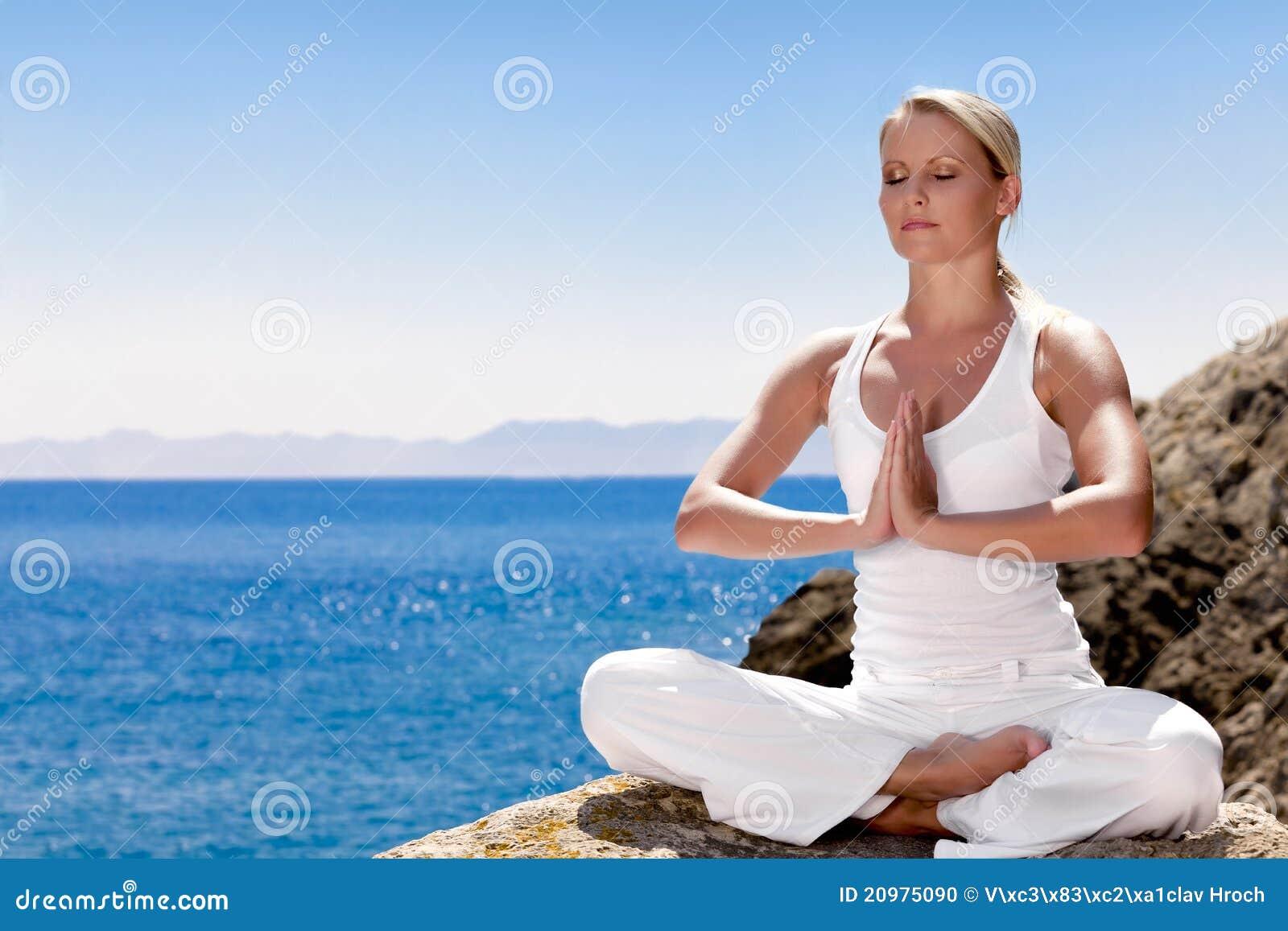 Het mooie meisje mediteren in yoga stelt