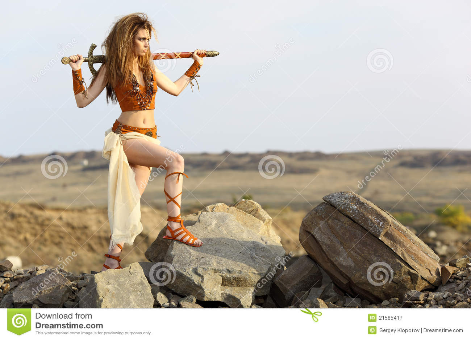 Het mooie meisje met een zwaard