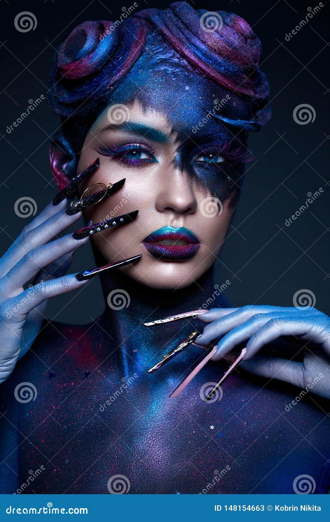 Het mooie meisje met kunstmanier maakt omhoog, creatief kapsel, lange spijkers Ontwerpmanicure Het Gezicht van de schoonheid